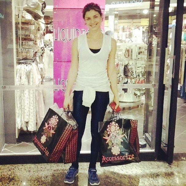 Grazi Massafera aproveitou o tempo livre pós-academia para fazer compras (Foto: Reprodução/Instagram)