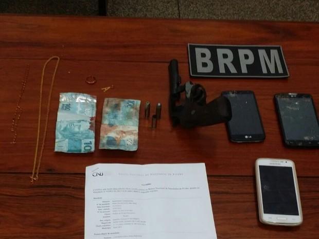 Arma, dinheiro e celulares foram apreendidos com jovem morto em tiroteio (Foto: John Pacheco/G1)