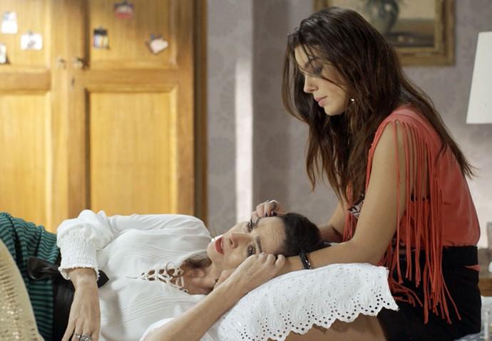 A falsiane chora no colo de Milena e pede a ajuda da filha (Foto: TV Globo)
