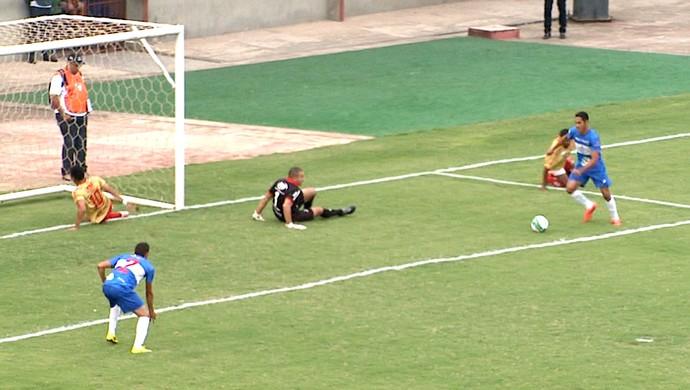 Rafael Barros deixa três marcadores no chão antes de fazer golaço pelo Atlético-AC (Foto: Reprodução/GloboEsporte.com)
