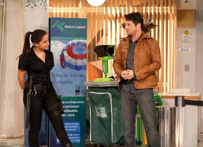 Anitta e Marcelo Serrado em cena do Tomara que Caia (Foto: Artur Meninea/Gshow)