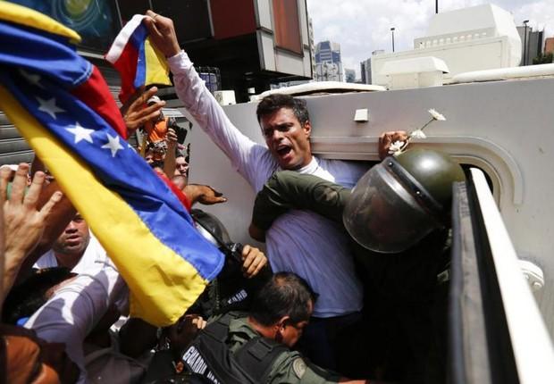 O líder da oposição Leopoldo Lopez é preso for integrantes da Guarda Nacional durante protesto em Caracas em 2014 (Foto: Jorge Silva/Reuters)