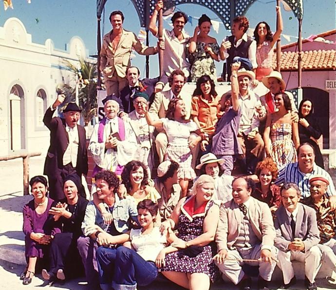 Todo o elenco de Saramandaia reunido no coreto (Foto: Cedoc/ TV Globo)