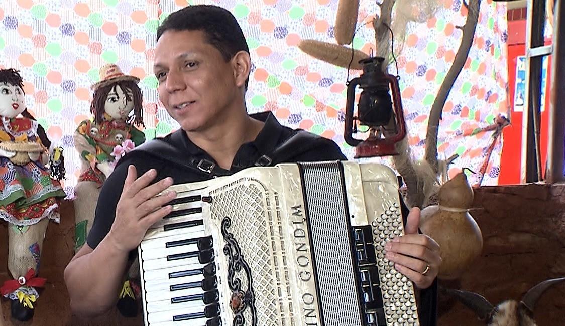 O forrozeiro Targino Gondim aprendeu a tocar o acordeão em Juazeiro (Foto: Divulgação)