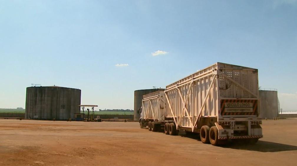 Legislação obriga usinas a transportarem cana com caminhões protegidos por lona a partir de junho (Foto: Reprodução/EPTV)