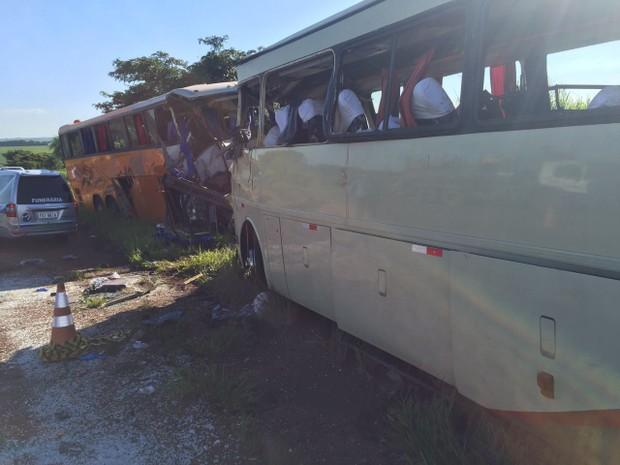 Colisão frontal entre os dois ônibus deixou mortos e feridos na SP-563 (Foto: Mateus Tarifa/TV Fronteira)