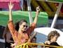 Alessandra Ambrósio se diverte com o filho em parque nos Estados Unidos