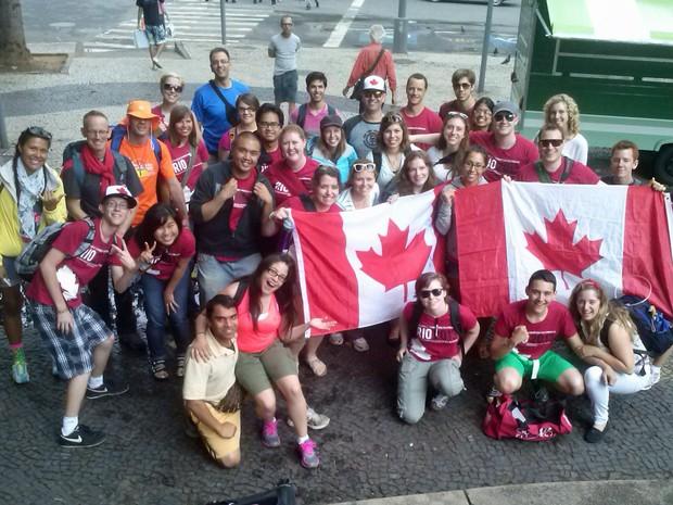 Grupo canadense que veio para a Jornada Mundia da Juventude posa para foto no Rio de Janeiro (Foto: Isabela Marinho/ G1)