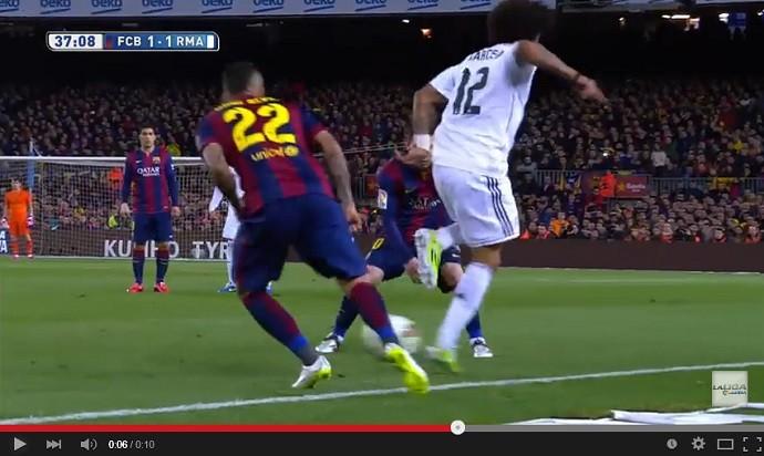 Marcelo faz graça com a bola diante de Daniel Alves e Messi no Barcelona x Real Madrid