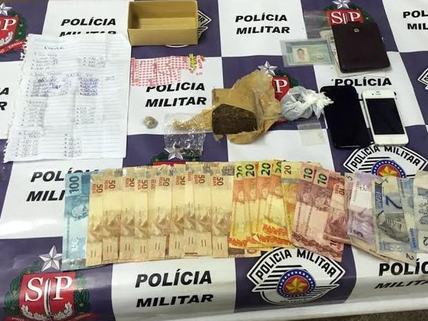 Drogas e dinheiro apreendidos pela PM com o estudante em São João da Boa Vista (Foto: Divulgação/Polícia Militar)