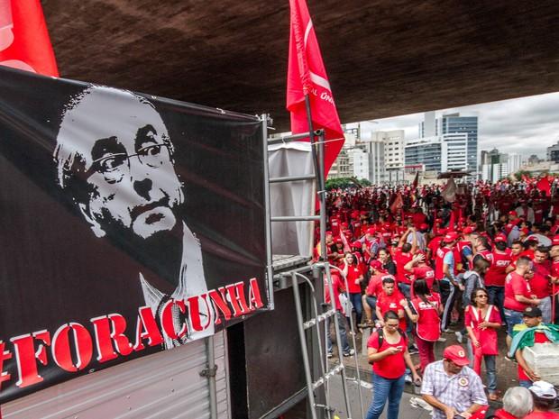 Um cartaz pedindo a saída do presidente da Câmara dos Deputados, Eduardo Cunha, é visto durante protesto de movimentos sociais e centrais sindicais na Avenida Paulista, em São Paulo (Foto: Dario Oliveira/Código 19/Estadão Conteúdo)