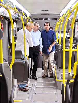 presidente do COI visita ônibus da BRT (Foto: J. P. Engelbrecht / Divulgação)