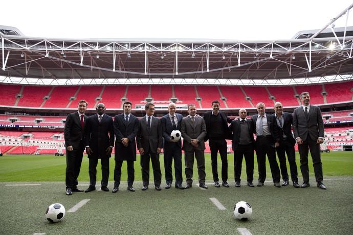 Gianni Infantino, Luis Figo, Fabio Capello, Mijatovic, Fernando Hierro, Roberto Carlos e Jose Mourinho (Foto: AP)
