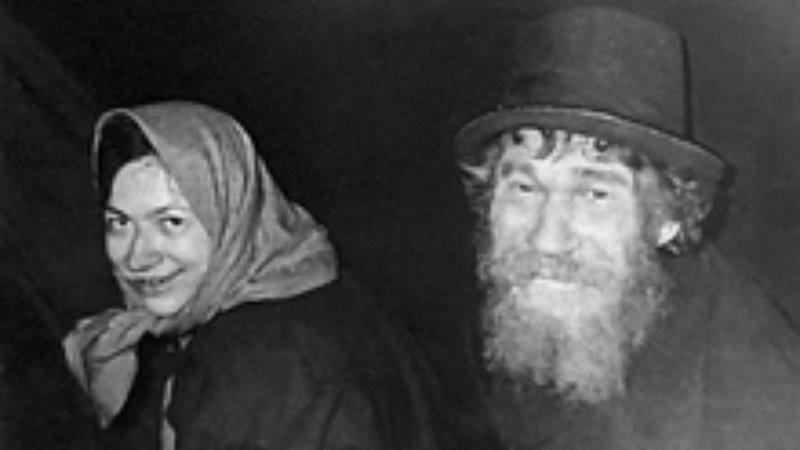 (Foto: Karp Lykov, o patriarca, e Agafia, sua filha, com roupas doadas pelos geólogos //Crédito: Reprodução Smithsonian Mag)