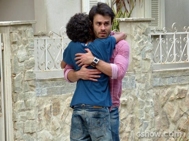 Gui desiste de viajar com a mãe e volta correndo para abraçar o pai (Foto: Malhação / TV Globo)