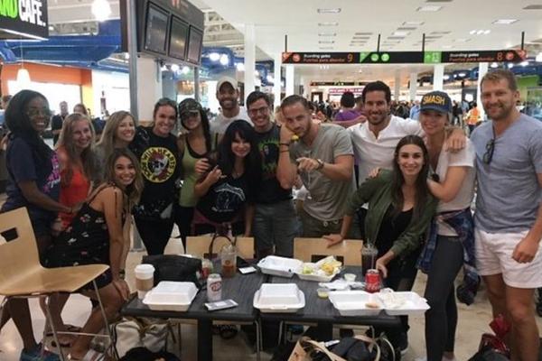 Os participantes do reality show Bachelor in Paradise retornando para os EUA (Foto: Twitter)