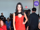 Look do dia: Kendall Jenner exibe as pernocas em primeira fila de desfile