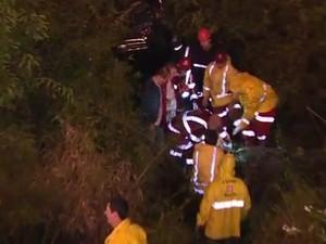 Equipe de resgate tirou o motorista das ferragens (Foto: Reprodução/RBS TV)
