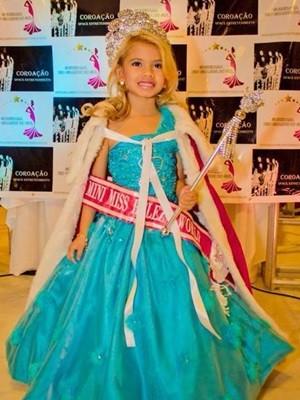 Mini miss posa logo após ganhar título em concurso de beleza (Foto: Arquivo pessoal)