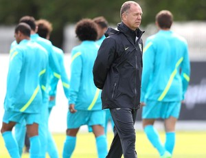 Mano Menezes no treino da seleção em Manchester (Foto: Mowa Press)