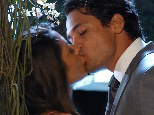 Zuleika não resiste ao beijo de Hélio e aceita ajudá-lo (Foto: Flor do Caribe / TV Globo)