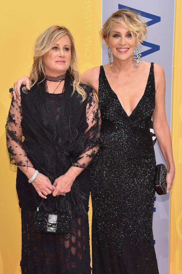 A atriz Sharon Stone acompanhada de sua irmã (Foto: Getty Images)