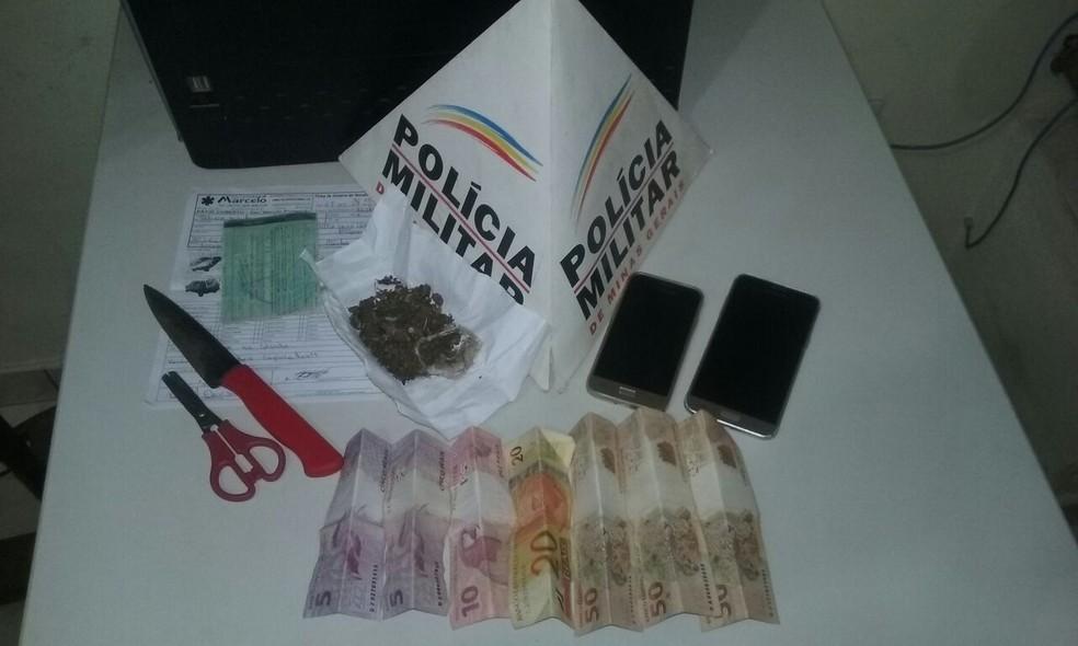 Celulares, dinheiro e drogas foram apreendidos (Foto: Polícia Militar/Divulgação)