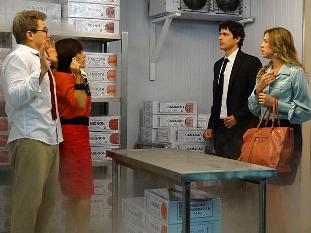 Nando e Vânia ficam em choque com a cena (Foto: Guerra dos Sexos / TV Globo)