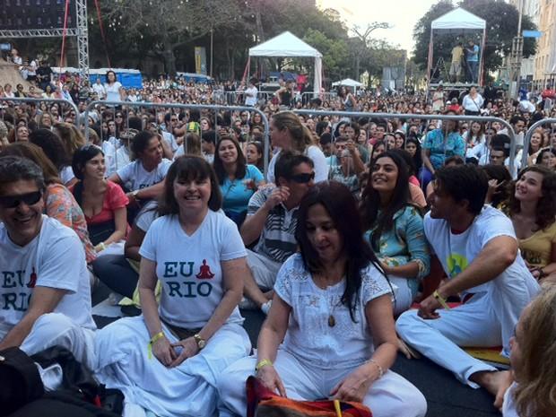 Juliana PAes participa de meditação coletiva ao lado do marido (Foto: Guilherme Brito / G1)