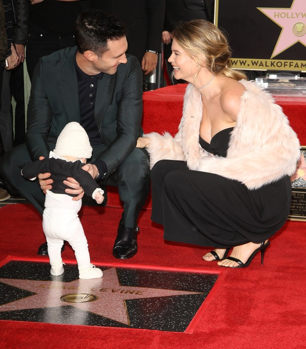 Adam Levine com a mulher, a top Behati Prinsloo, e sua filha, Dusty Rose, na CAlçada da Fama em Hollywood, na Califórnia. (Foto: Getty Images)