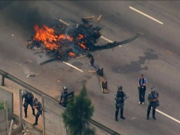 Protesto fecha Marginal Tietê; PM age contra manifestantes (Foto: Reprodução/TV Globo)