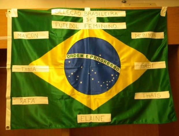 Bandeira feita pela seleção feminina para homenagear ex-companheiras (Foto: CBF)