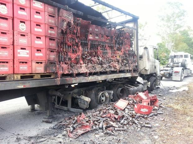 Cerca de 25% da carga de cervejas foi destruída, segundo os bombeiros (Foto: PRF/Divulgação)