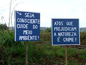 Cartazes foram espalhados ao longo da estrada  (Foto: Reprodução/TV Integração)