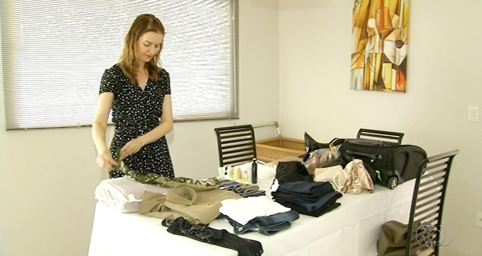 Consultora dá dicas de como fazer malas mais leves (Foto: Reprodução/TV Anhanguera)