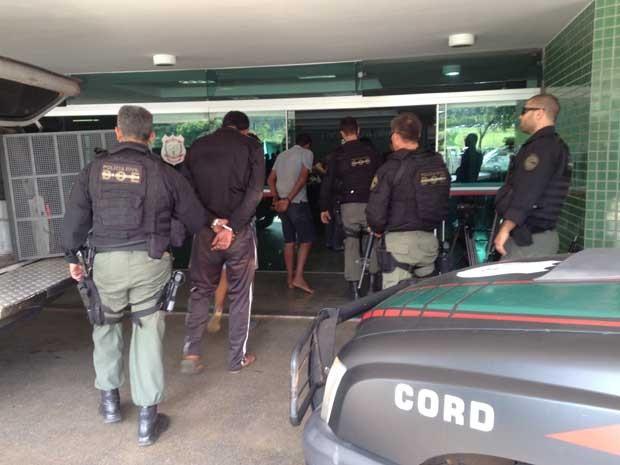 Suspeitos de tráfico de drogas no DF e em GO sendo conduzidos por policiais civis ao DPE (Foto: Mara Puljiz/TV Globo)
