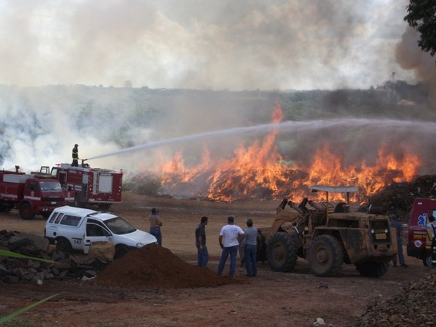 Suspeita é que fogo em pátio da Prefeitura de Pirassununga tenha sido intencional (Foto: Ademir Naressi/arquivo pessoal)