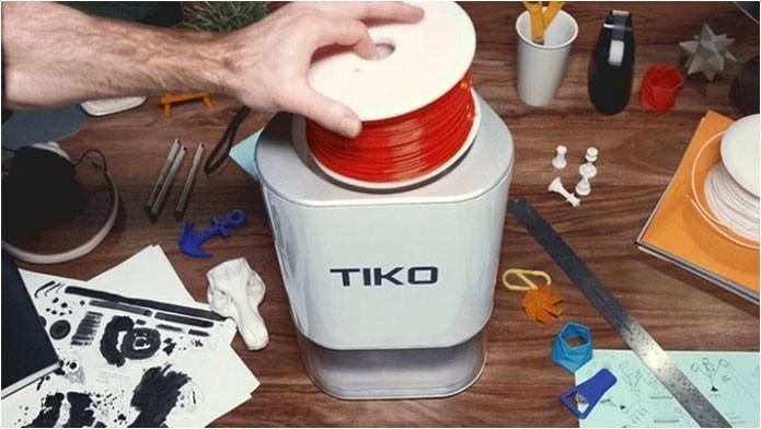 Imagem mostra Tiko sendo realimentada de filamento plástico para impressão (Foto: Divulgação/Tiko3D)