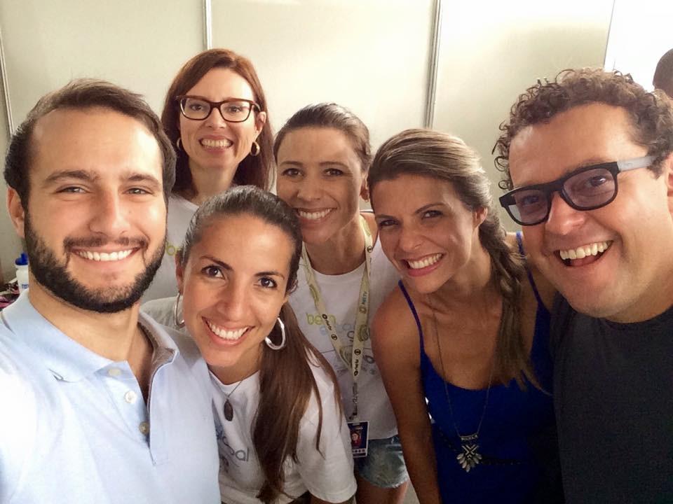 Apresentador Fernando Rocha com a equipe da RBS TV (Foto: RBS TV/Divulgação)