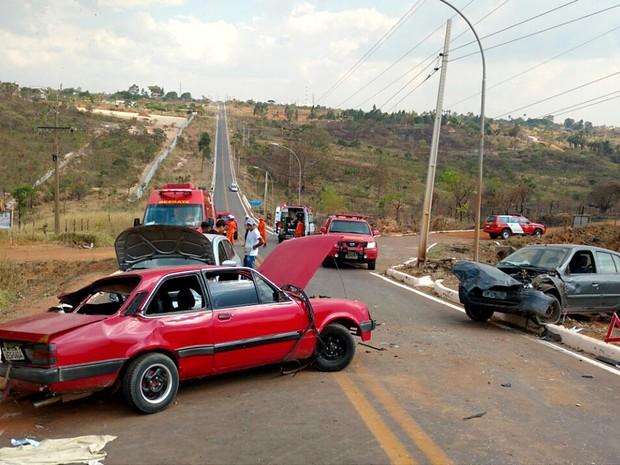 Carros envolvidos em acidente na DF-451, em Brazlândia; duas crianças morreram e três pessoas ficaram feridas (Foto: Corpo de Bombeiros-DF/Divulgação)