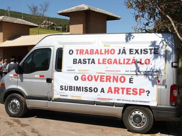 Um dos veículos usados no protesto na rodovia dos Tamoios nesta terça-feira (10). (Foto: Carlos Santos/G1)