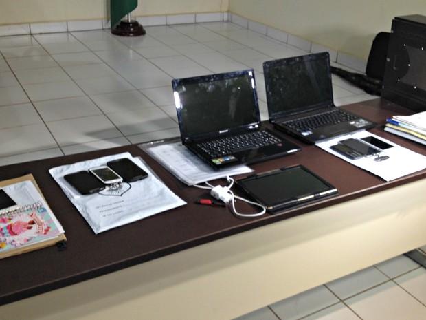 Na primeira fase da operação, polícia apreendeu documentos, computadores e celulares para coletar provas (Foto: Iryá Rodrigues/G1)