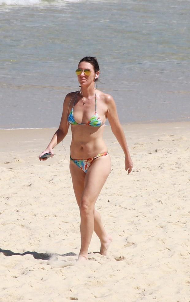Glenda Kozlowski caminha na praia (Foto: AgNews)