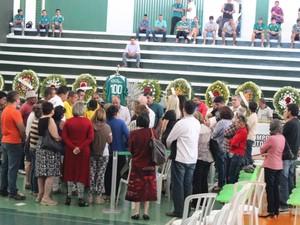 Parentes, amigos e fãs velam corpo do ex-jogador Fernandão em Goiânia, Goiás (Foto: Fernando Vasconcelos/G1)
