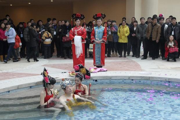 Homem pagou 100 mil iuans (R$ 31,9 mil) para ser a primeira pessoa a usar a piscina (Foto: China Daily/Reuters)