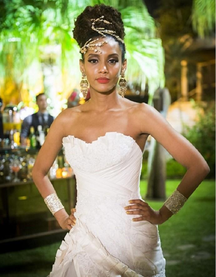 Michele exibindo seu vestido de noiva  (Foto: Reprodução / João Miguel Junior - TV Globo)