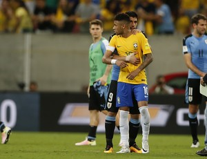 Neymar contido por Luis Suárez Brasil x Uruguai