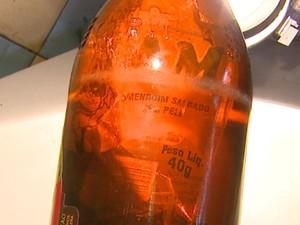 Comerciante de São Carlos diz que encontrou embalagem em cerveja lacrada (Foto: Paulo Chiari / EPTV)