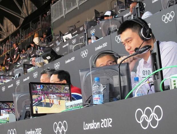 You Ming Comentando Jogo china x espanha no basquete (Foto: Gabi Lomba / Globoesporte.com )