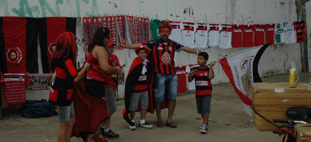 Torcida do Campinense chega ao Amigão 4 horas antes da final da Copa do Nordeste contra o ASA (Foto: Phelipe Caldas / Globoesporte.com/pb)